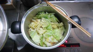 もつ鍋 煮る 野菜投入