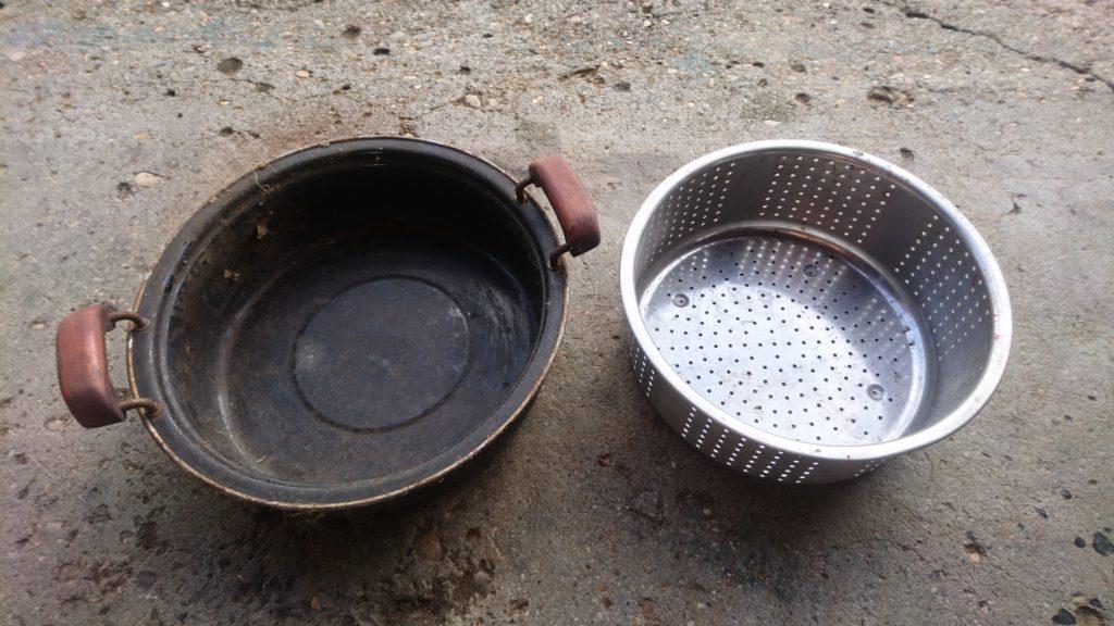 焦がした鍋と蒸しザルで焚火台を作ります。