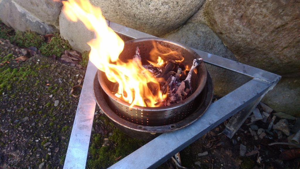 廃材で自作した焚火台に火入れしました。