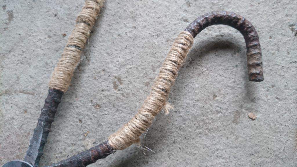 廃材で炭バサミ 改造 麻紐ニス塗り