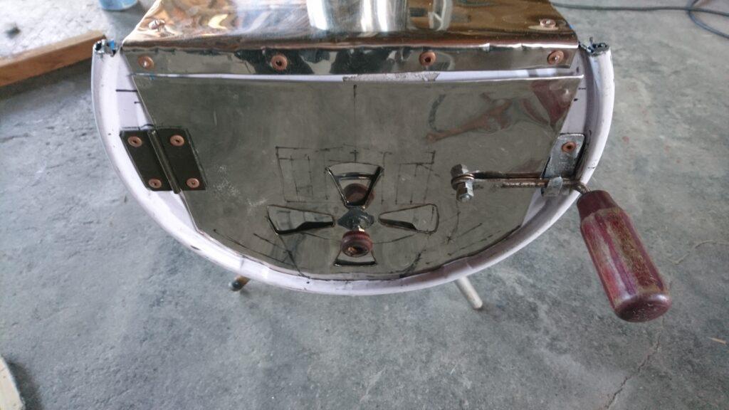自作ペール缶薪ストーブ(横向き) 扉のラッチ(壊れたドライバーを使用)