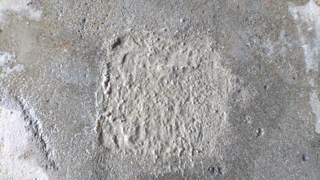 小屋の土間に空いた穴(基礎柱跡)を埋める。 コンクリートを流し込む
