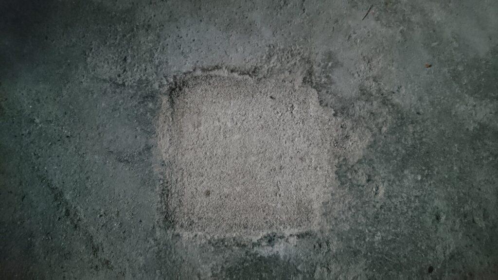 小屋の土間に空いた穴(基礎柱跡)を埋める。 穴埋め完了