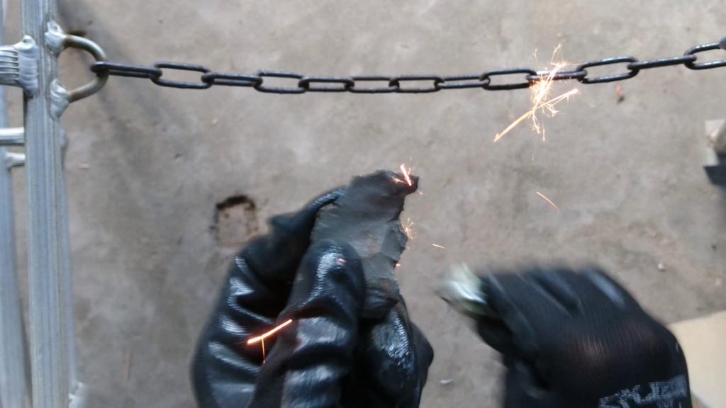 自作火打石セット カッターの刃で火花が散る